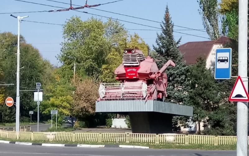 Новым арт-объектом Таганрога стал розовый комбайн