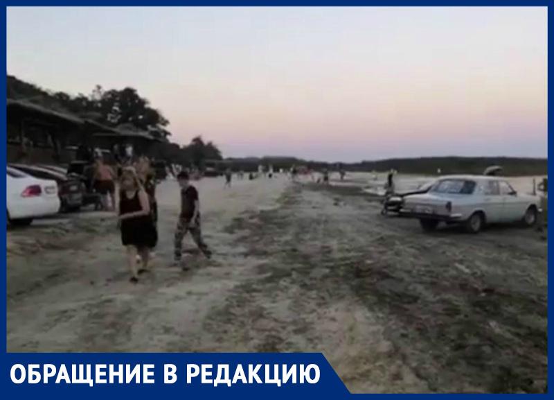 Наглые автолюбители уничтожают побережье пляжа под Таганрогом