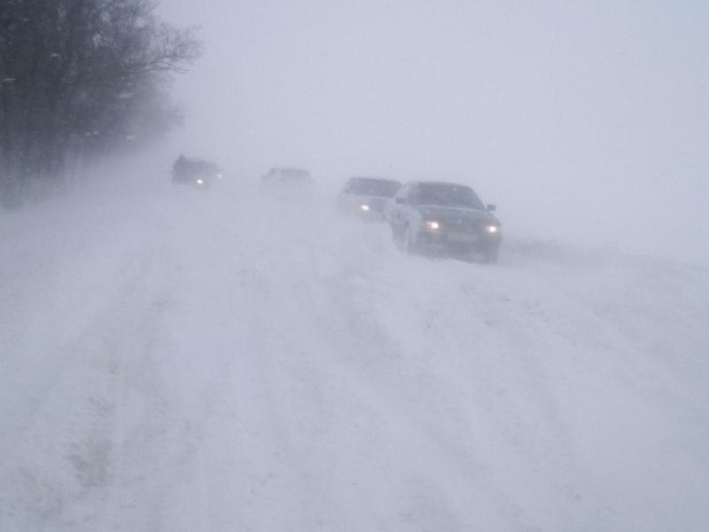 В снежном плену оказались дороги и машины вокруг Таганрога