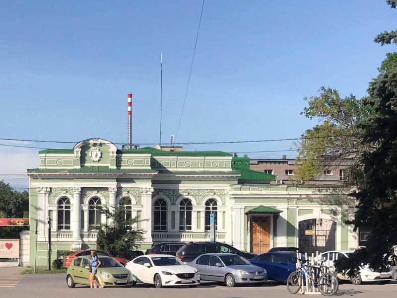 Охранники таганрогской администрации высмеяли горожанина, припарковавшего велосипед у «ежика»