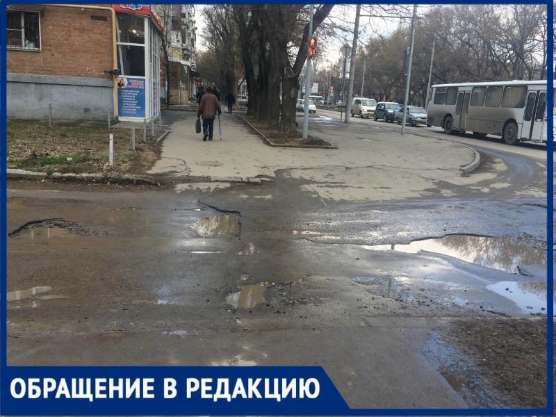 «Зачем светофор, если вокруг кратеры?», таганроженка о состоянии дороги