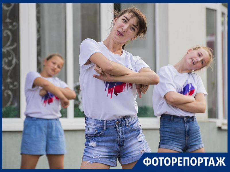 Зажигательным флешмобом в Таганроге отметили День российского флага