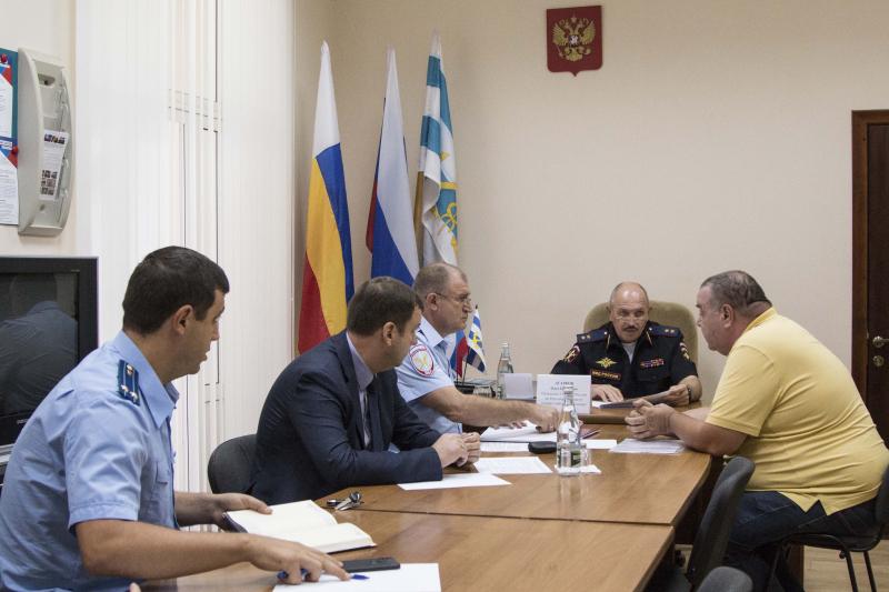 Обратиться к начальнику МВД Ростовской области таганрожцы смогли под присмотром местных властей