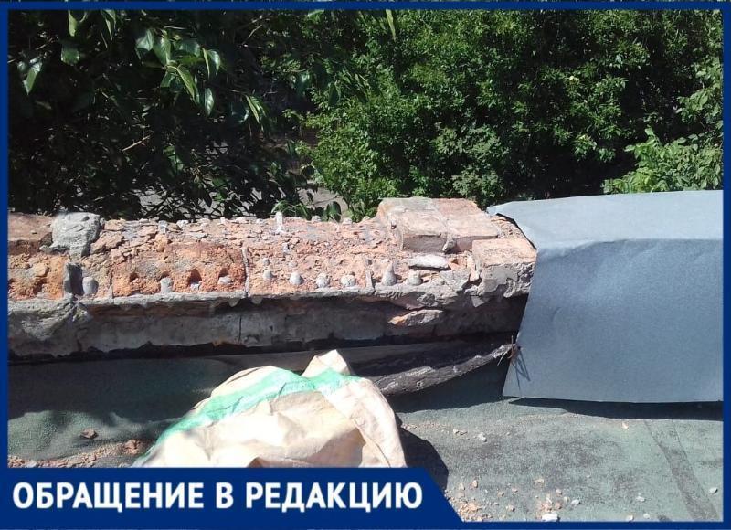 Бывшие работники комбайнового завода Таганрога живут в доме, где кирпичи летят на голову