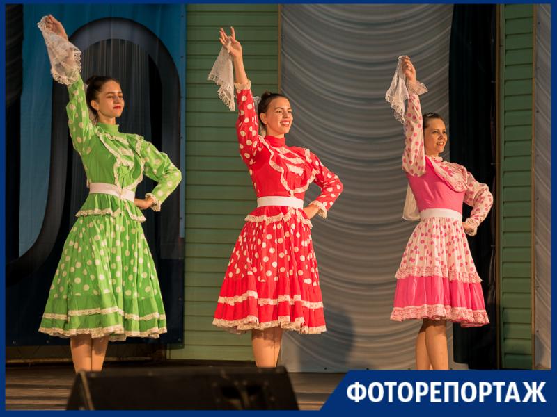 В пестрых нарядах и с задорными улыбками встретили таганрожцы День России