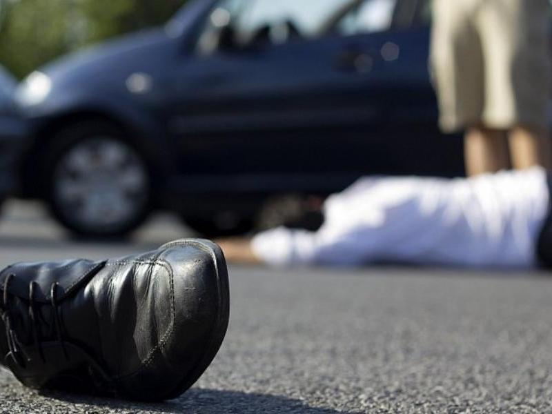 Двое мужчин оказались под колесами автомобиля