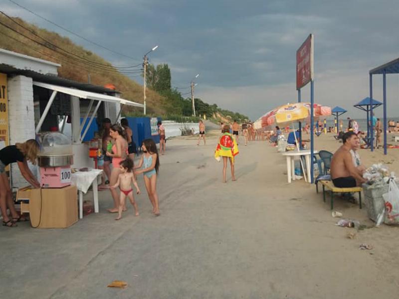 Центральный пляж Таганрога погряз в мусоре