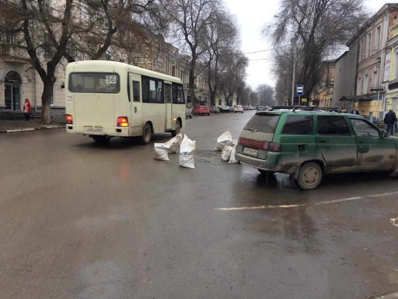 Строительные мешки посреди дороги создают аварийную ситуацию в Таганроге
