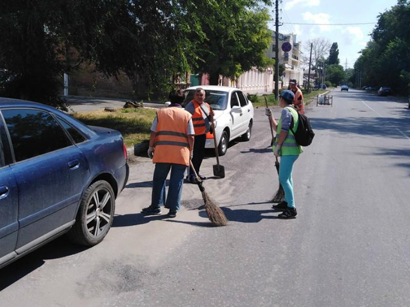 В Таганроге работники «Благоустройства» проводят «художественное подметание»