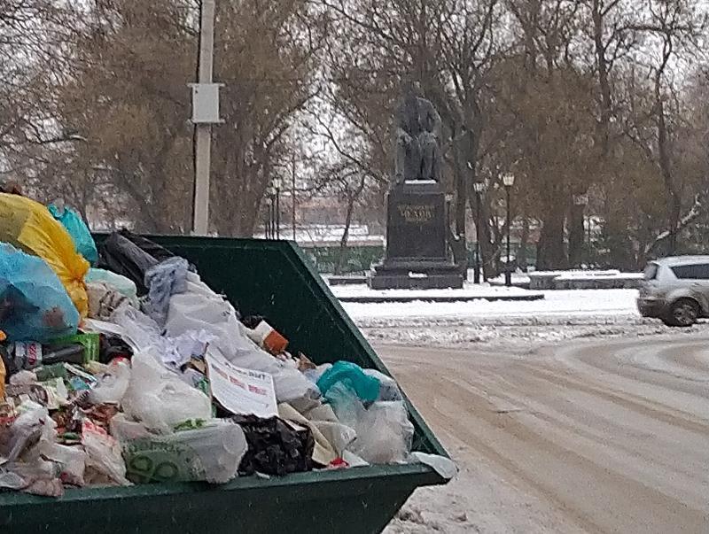 Полюбоваться мусором заставили и классика – «лодочку» установили напротив памятника Чехову