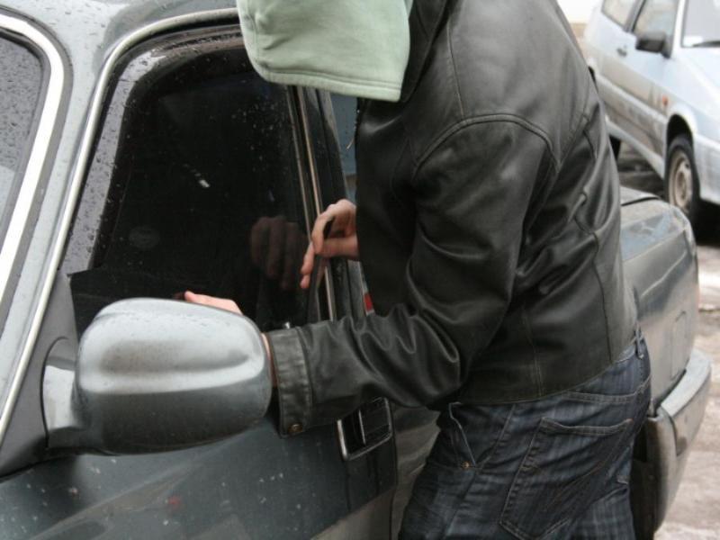 В Таганроге третий случай за неделю ограбления автомобиля с сигнализацией