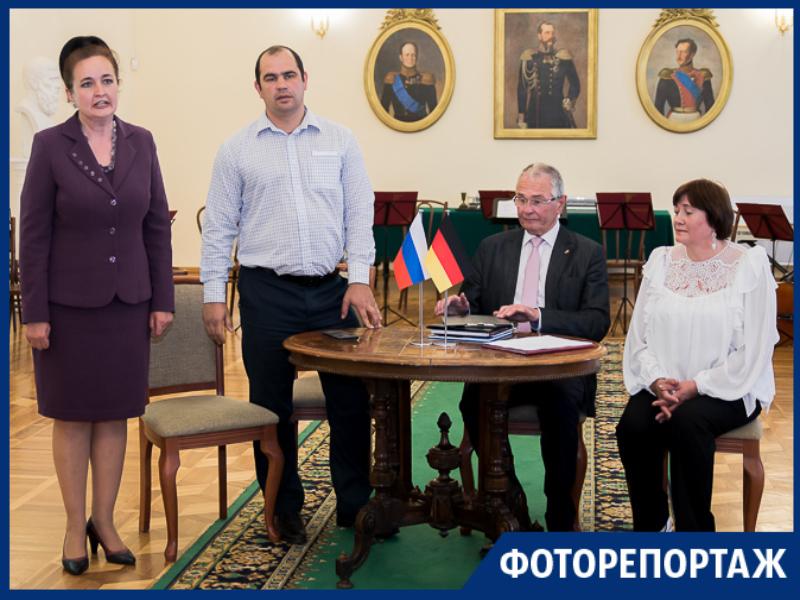 Немецкая делегация подарила Таганрогу раритетный аккордеон за 1,5 млн руб