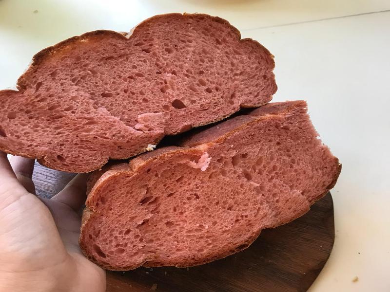 Розовый  «чудо-хлеб» купила горожанка в «Магните» в Таганроге