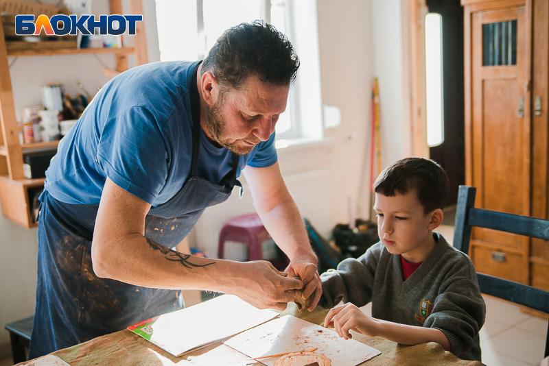 На гончарном мастер-классе в Таганроге дети научились делать игрушки из глины