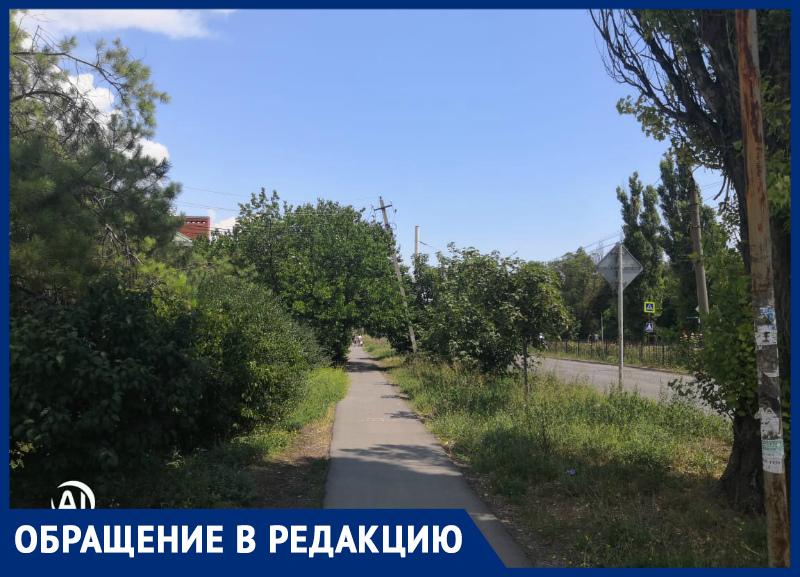 Опасный столб стоит в районе Русского поля в Таганроге