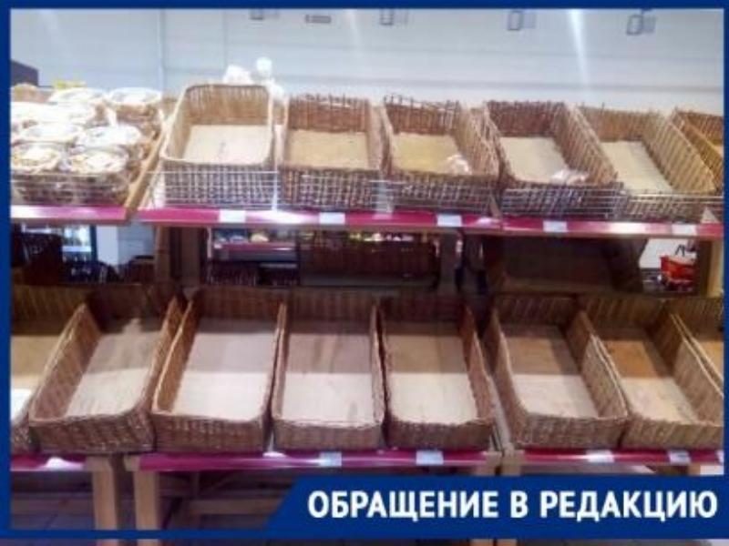 Пустые полки ждут покупателей в супермаркетах Таганрога