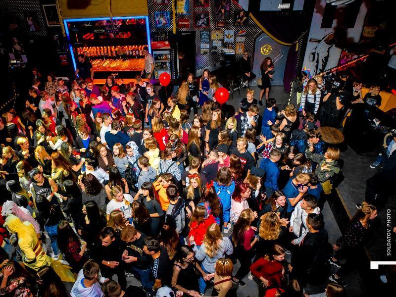Таганрогские подростки «отожгли» под хиты родительских дискотек