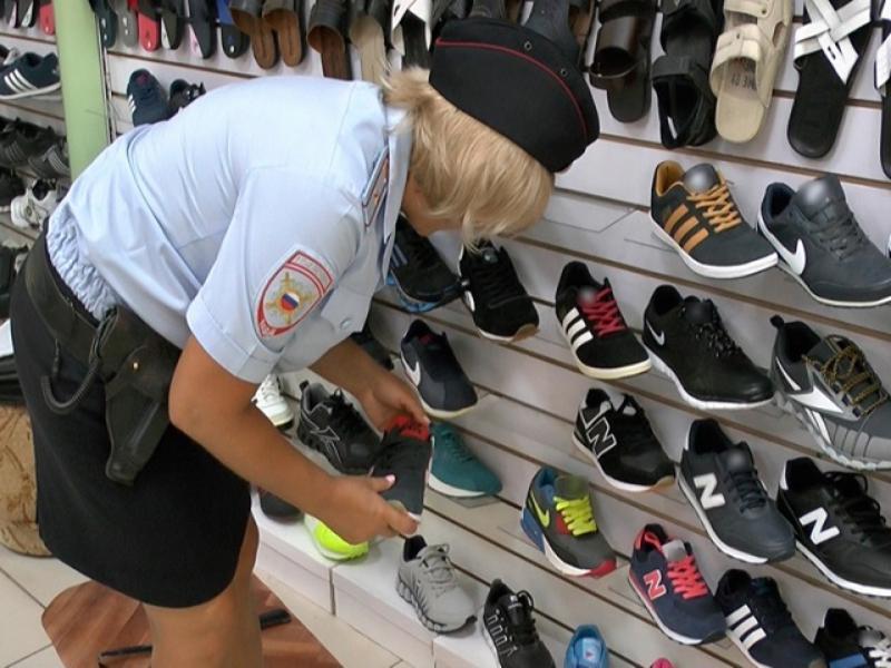 Контрафактную обувь с логотипами известных брендов продавали в таганрогском магазине