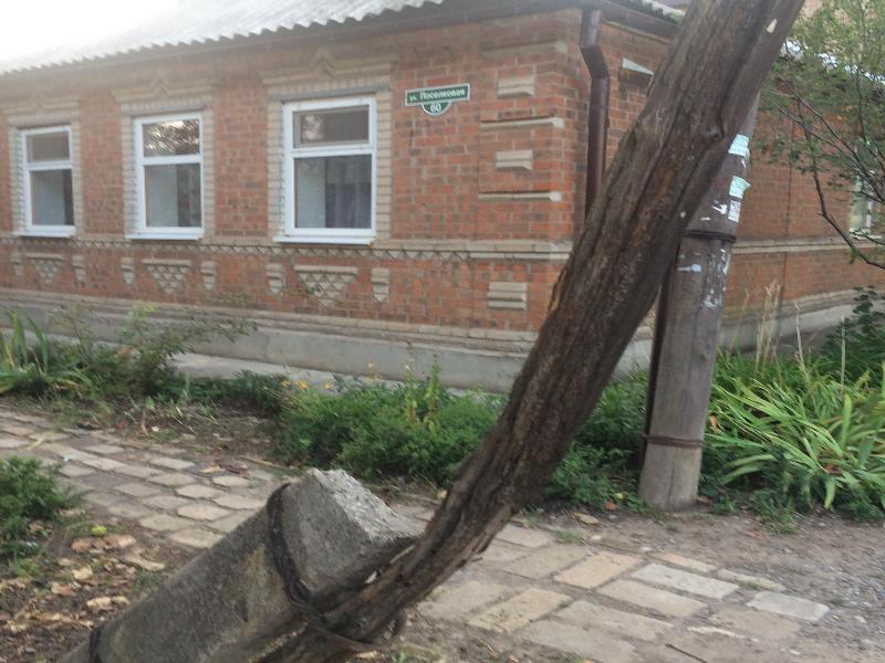 Многострадальный столб на Поселковой в Таганроге грозит падением