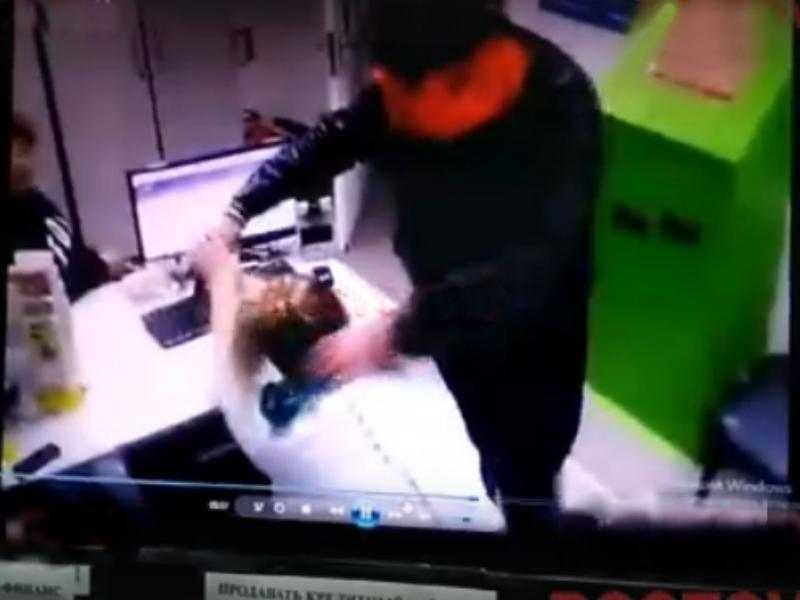 Под Таганрогом вооруженный пистолетом злоумышленник ограбил офис на 150 тысяч рублей