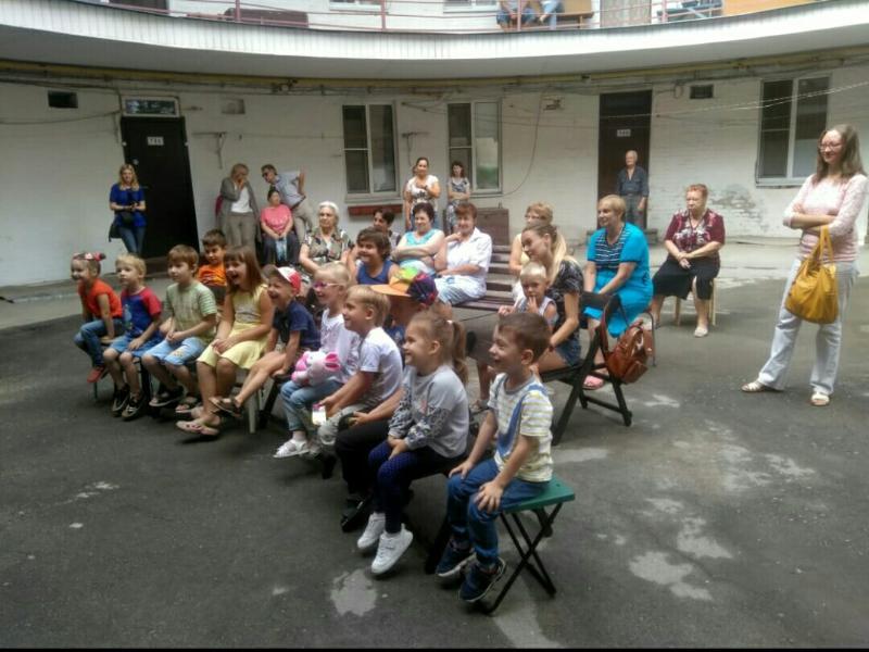 Таганрожцы остались в восторге от детского спектакля во дворе дома по Александровской