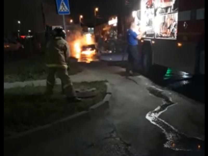 Таганрогские пожарные не смогли сразу потушить «Опель»