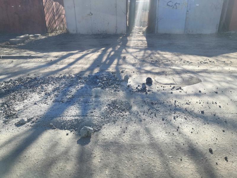 В Таганроге ямы на дорогах заполняют булыжниками