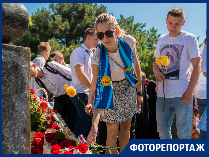 В Таганроге чиновники, предприниматели и студенты возложили цветы к памятнику Петру I