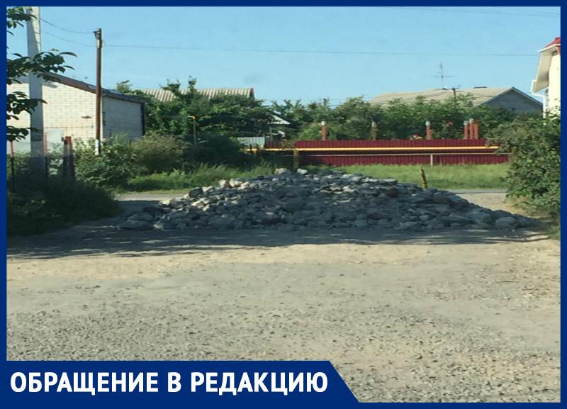 Шлагбаум из камней вырос за одну ночь в СНТ «Мичуринец» в Таганроге
