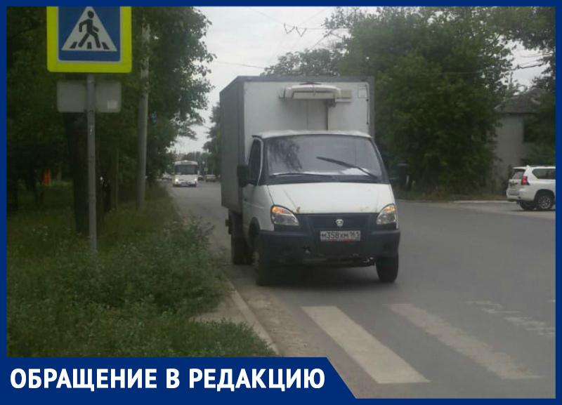 В Таганроге автохам перекрыл дорогу, устроил парковку у перехода