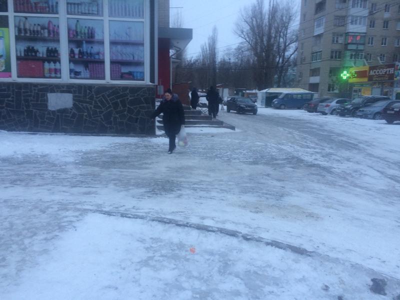 «И намека на песок нет!»: таганроженка возмущена катком посреди улицы