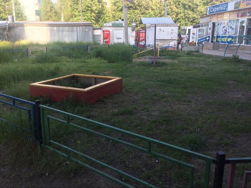 В Таганроге забытый депутатом сквер «Эльдорадо» наполняется только травой и торгашами