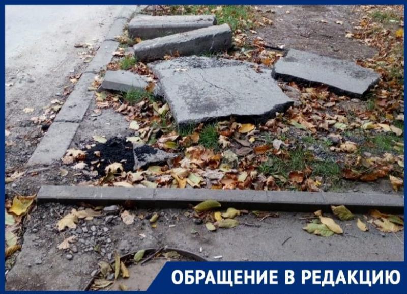 Куски асфальта и сломанные бордюры остались в Таганроге после работы «Водоканала»