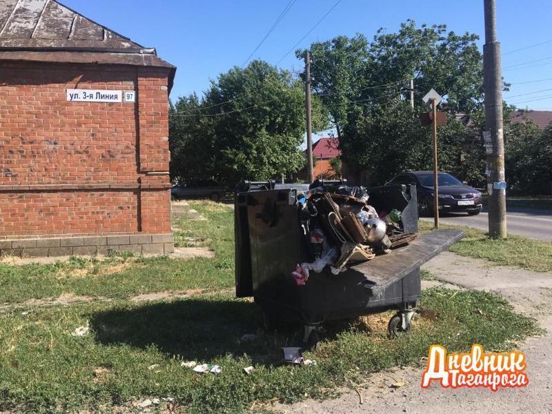 В Таганроге разыскивают вандалов, разворотивших евроконтейнер для мусора