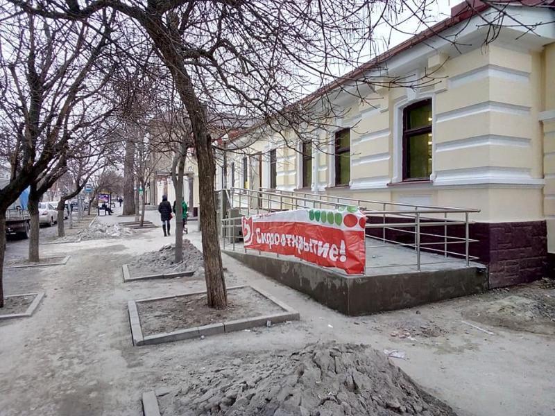 Магазин в исторической части Таганрога делают по нормам, забыв об эстетике