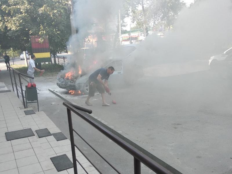Огнетушители не смогли погасить пламя автомобиля в Таганроге