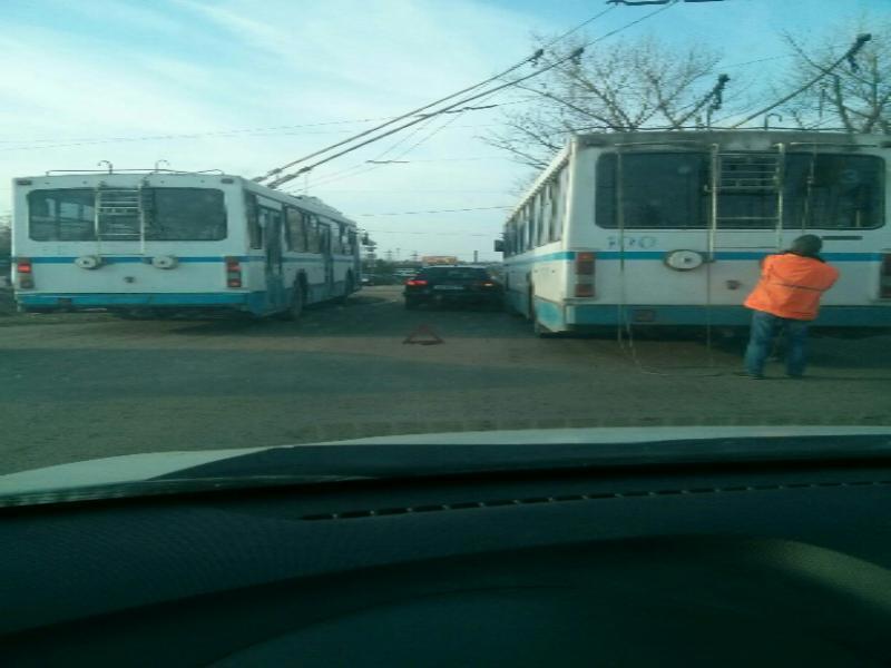 В Таганроге на кольце произошла авария троллейбуса и «Ауди»