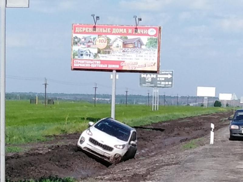 На трассе Ростов-Таганрог надолго увяз в грязи хитрый «обочечник»