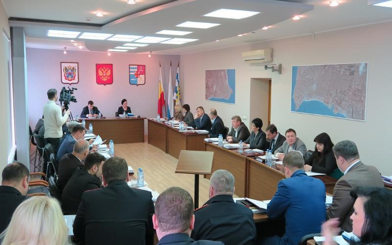 Дума решила: деньги временно у бюджетников забрать, двум жителям Таганрога присвоить почетное  звание
