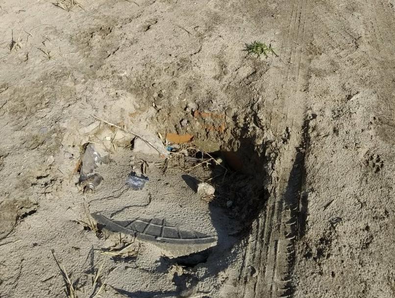В Таганроге на берегу моря люк уходит под песок