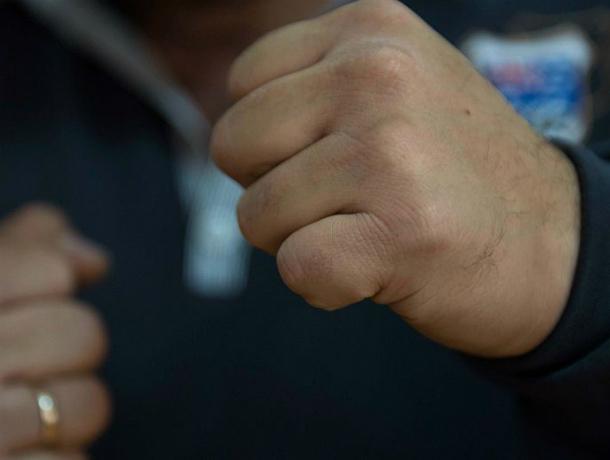 В Таганроге около дома избили и ограбили  прохожего