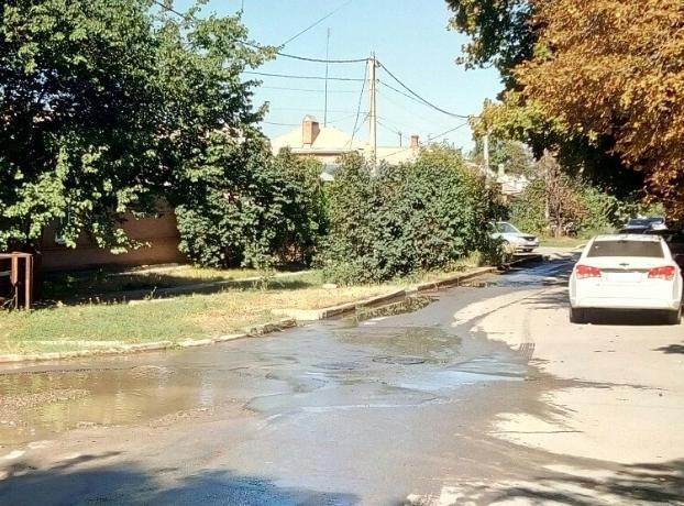 «Погрызанная» Водоканалом улица в Таганроге вновь дала течь