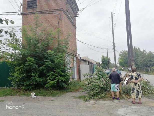 До беды одна искра: в Таганроге на Штыба свалка образовалась под трансформаторной будкой