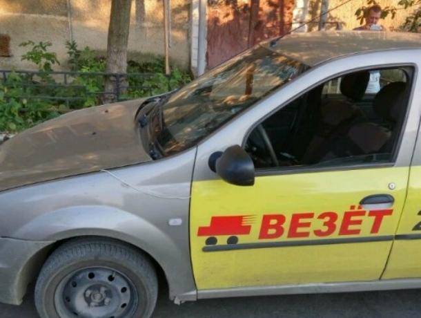Неадекватный таксист из «Везет» в Таганроге выбросил бабушку из машины, причинив травмы