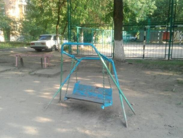 Детям из нескольких дворов приходится играть на аварийной игровой площадке в Таганроге