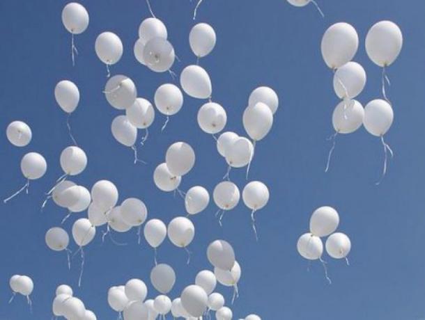 Таганрогские судьи выпустили белые шары в память о погибших детях