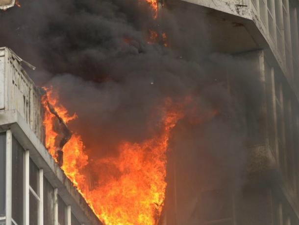 В Таганроге в многоэтажном доме произошел пожар
