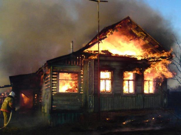 Два частных дома пострадали в крупных пожарах под Таганрогом