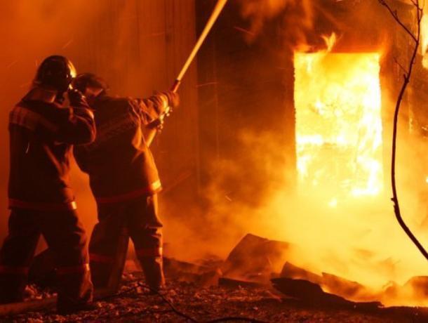 Крупный пожар в Таганроге тушили 18 человек