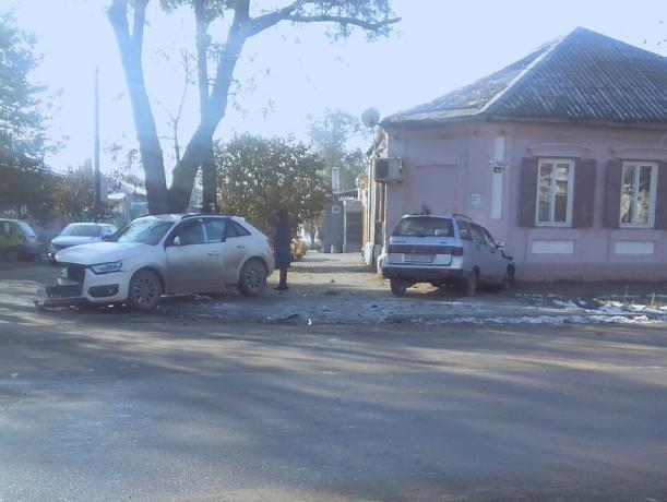 В Таганроге легковушка влетела в дом в результате ДТП